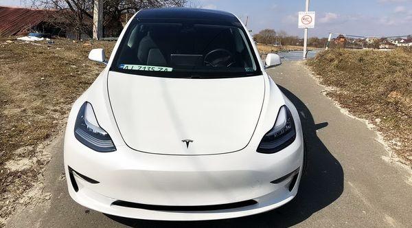 TESLA Model 3 белая